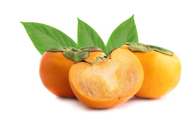 Owoc persymony z przeciętą na pół na białym tle