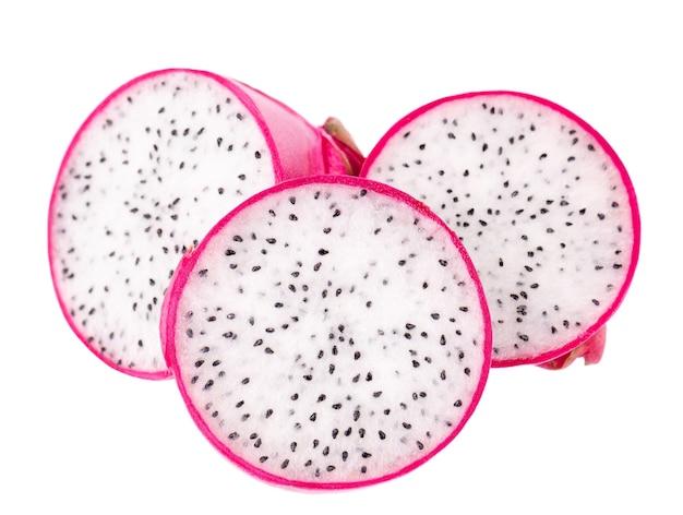 Owoc smoka na białym tle. kawałek świeżych owoców pitaja lub pitahaya ze ścieżką przycinającą.