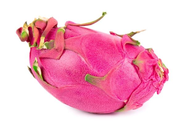 Owoc smoka na białym tle. owoc pitaya lub pitahaya ze ścieżką przycinającą.