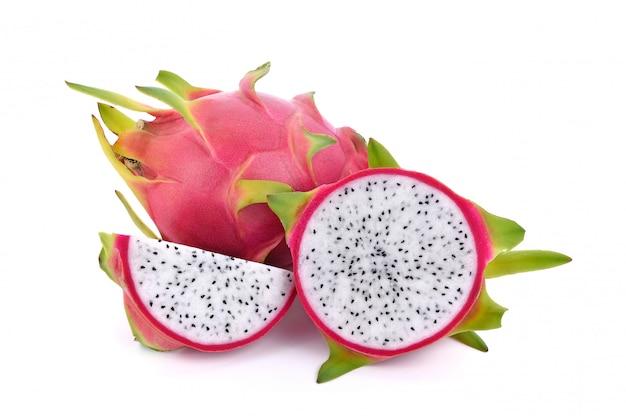 Owoc smoka na białym tle