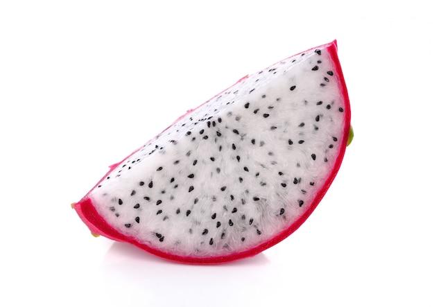 Owoc smoka w plasterkach na białym tle