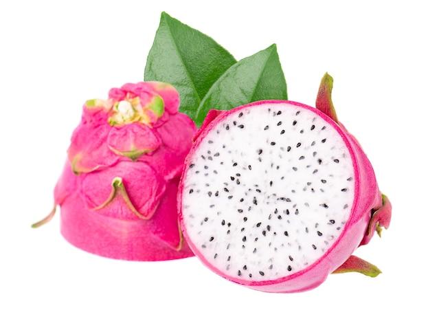 Owoc smoka z zielonymi liśćmi na białym tle kawałek świeżego owocu pitai lub pitahaya