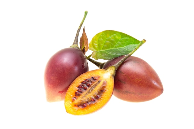 Owoc tamarillo na białym tle