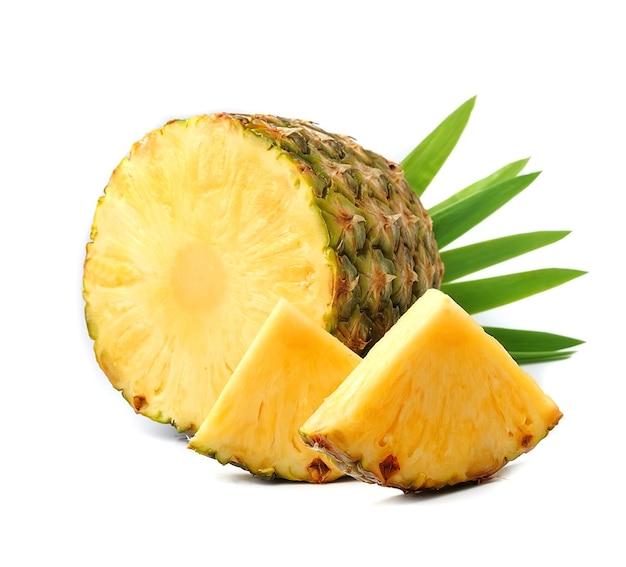 Owoce ananasa na białym tle. ananas owoce z liśćmi.