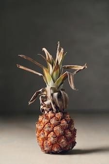 Owoce ananasa na drewnianym stole