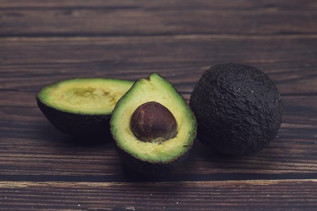 Owoce awokado na dębowej podłodze