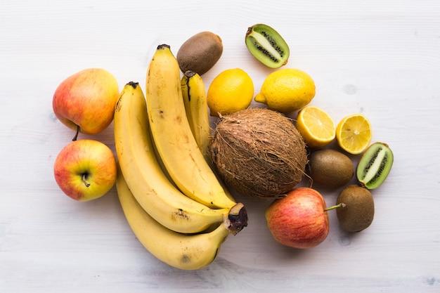 Owoce banan kokos cytryna jabłko kiwi