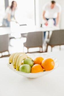 Owoce bananowe jabłka talerz na stole kuchnia dom rodzinny komfort