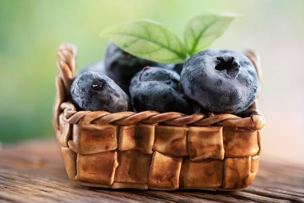 Owoce borówki lub cyanococcus na naturalnym.