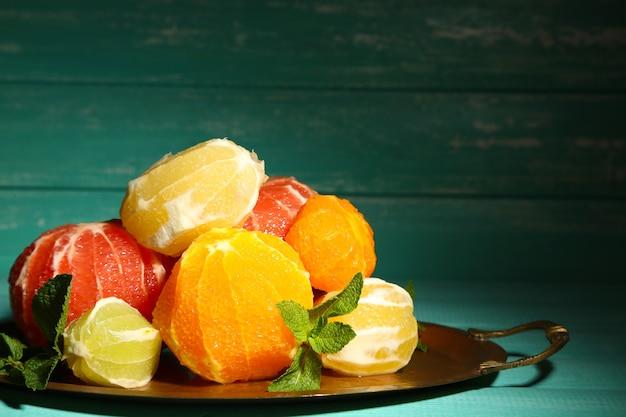 Owoce cytrusowe bez skórki na tacy, na drewnianej powierzchni