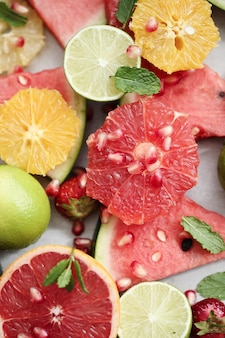 Owoce cytrusowe, jagody, arbuz i liście
