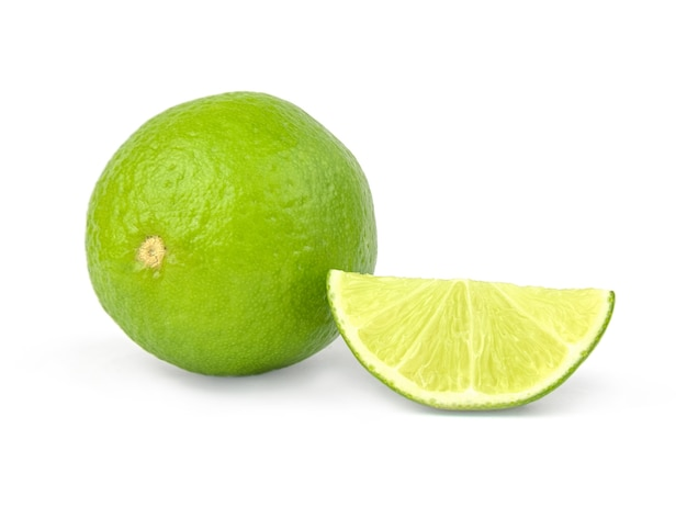Owoce cytrusowe limonki wyizolowane na białej powierzchni wycięcia