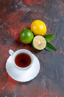 Owoce cytrusowe owoce cytrusowe z liśćmi filiżanka herbaty