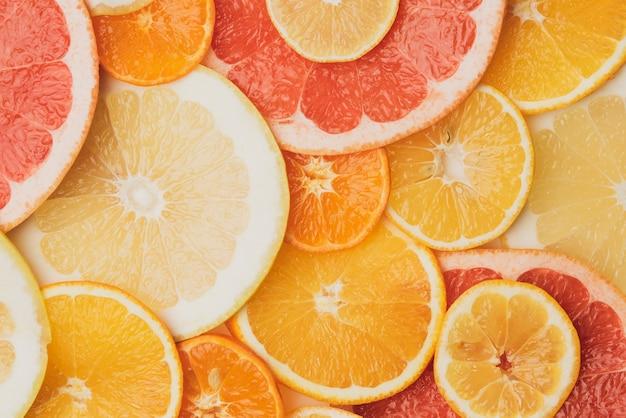 Owoce cytrusowe pokrojone w okrągłe kawałki: pomarańcza, grejpfrut, cytryna, mandarynka