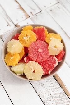 Owoce cytrusowe w misce
