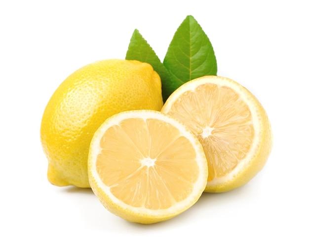 Owoce cytryny z liśćmi na białym tle