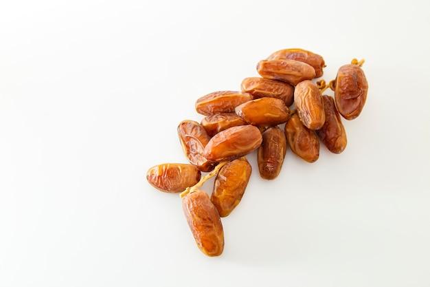 Owoce daty na białym tle