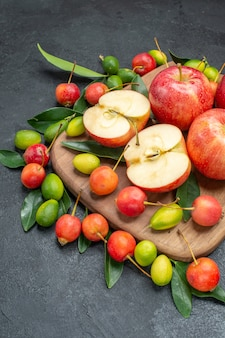 Owoce deska do krojenia z czerwonymi jabłkami, wiśniami, owocami cytrusowymi