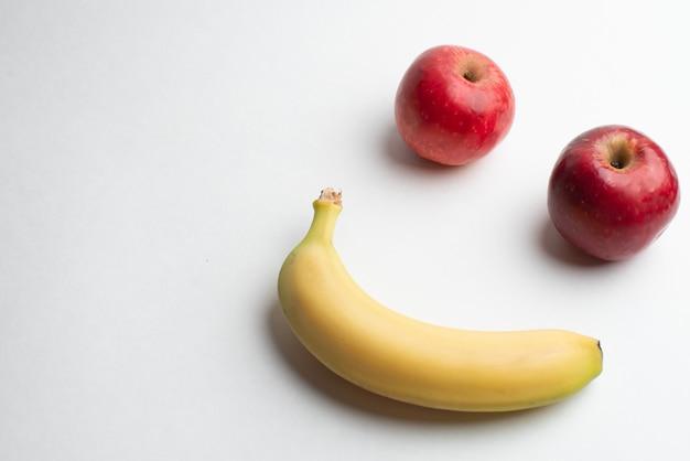 Owoce dla zdrowia, świeże owoce, owoce fitness, czerwone i żółte jabłko