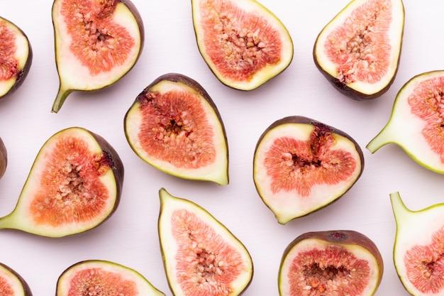 Owoce figi na białym tle. widok z góry. płaski wzór