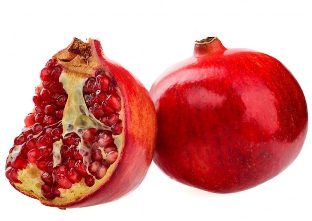 Owoce granatu w całości i pół