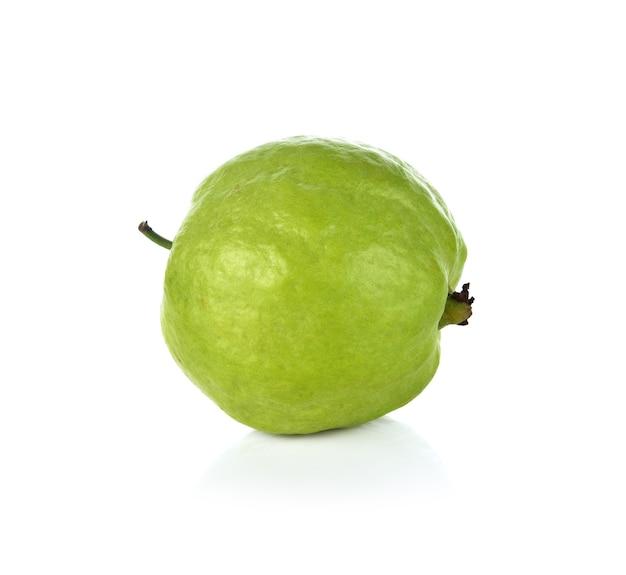 Owoce guawa na białym tle.