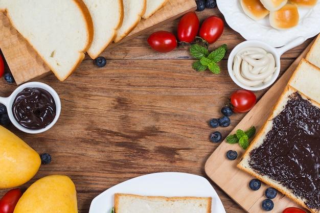 Owoce i chleb, obfite śniadanie chleb czekoladowy