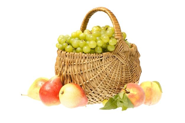 Owoce i kosz na białym tle