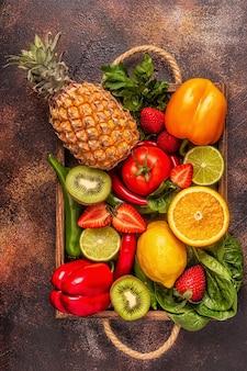 Owoce i warzywa bogate w witaminę c w pudełku. zdrowe odżywianie. widok z góry