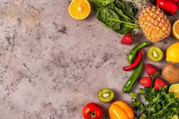 Owoce i warzywa bogate w witaminę c. zdrowe odżywianie.
