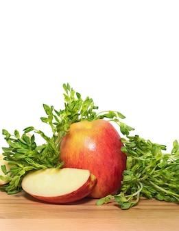 Owoce i warzywa na drewnianej desce do krojenia z białym
