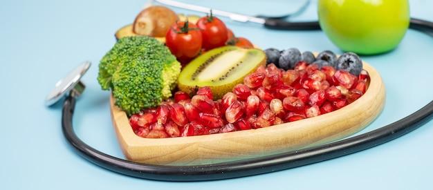 Owoce i warzywa na niebieskim tle
