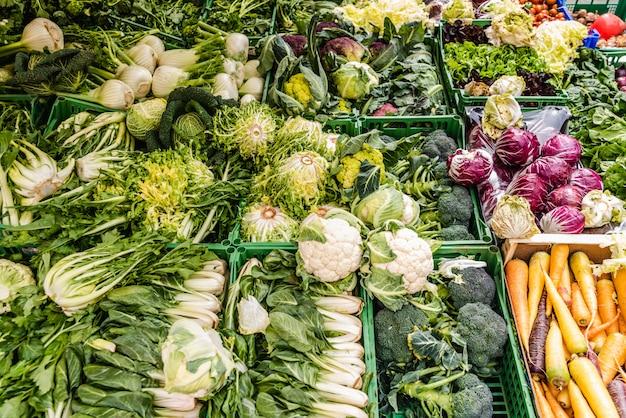 Owoce i warzywa na śródziemnomorskim targu ulicznym.