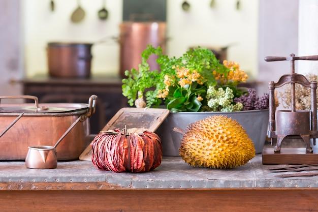 Owoce i warzywa na zbliżenie na stole
