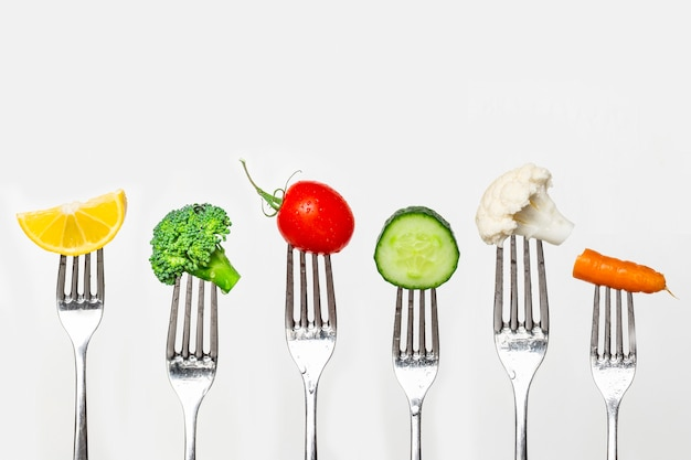 Owoce i warzywa w srebrnych widelcach, koncepcja zdrowego odżywiania, diety i przeciwutleniaczy