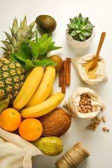 Owoce i zboża w workach tekstylnych