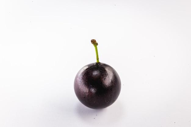 Owoce jabuticaba na białym tle z białym tłem.