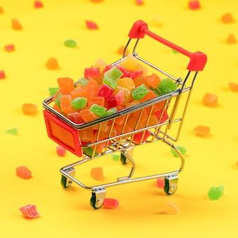 Owoce kandyzowane w koszyku