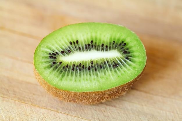 Owoce kiwi z zieloną miazgą i czarnymi ziarnami w plasterkach