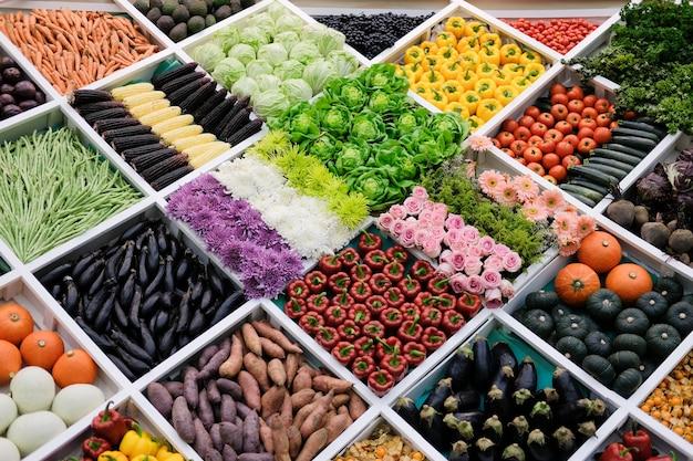 Owoce kwiat warzyw na półce na rynku. sprzedaż płodów rolnych