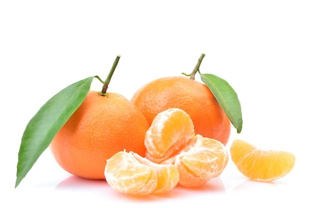 Owoce mandarynki na białej przestrzeni