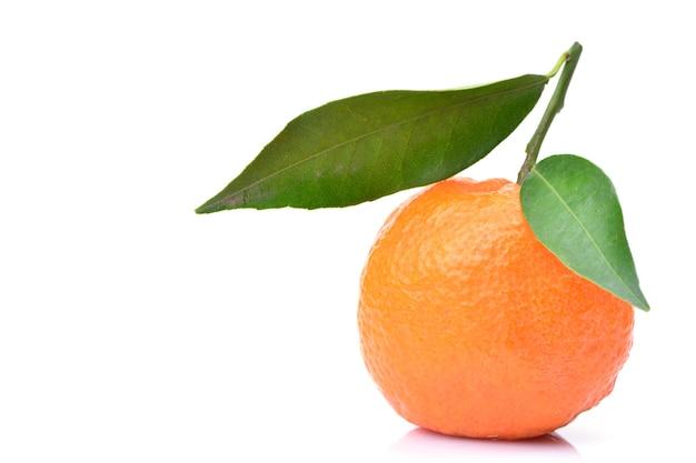 Owoce mandarynki na białym tle