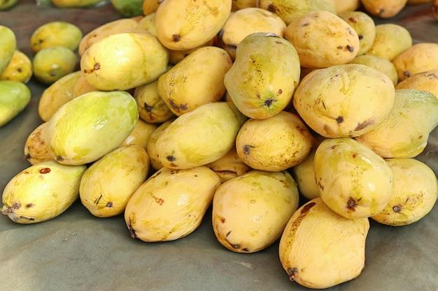Owoce mango na ulicy