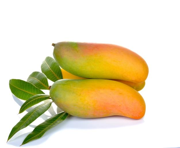 Owoce mango z liśćmi na białym tle