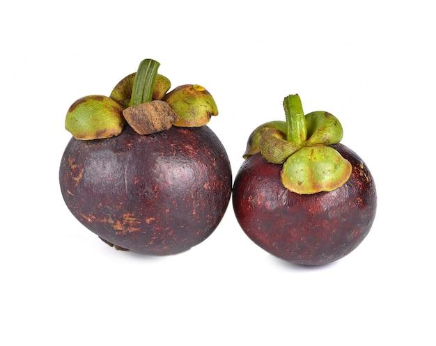 Owoce mangostanu na białym tle