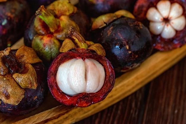 Owoce mangostanu na drewnianym stole z bliska