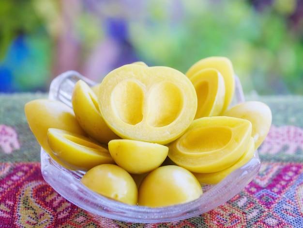 Owoce marynowane lub konserwowane słodkie owoce w tajlandii. maprang zachowany.