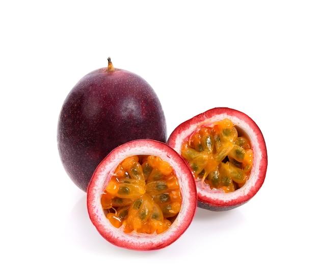 Owoce męczennicy na białym tle