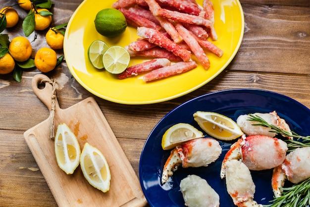 Owoce morza do gotowania, kraby, mięso gadów morskich, moluski, cytryna, przystawka, dania dla smakoszy, homary, restauracja, krab leżący na desce