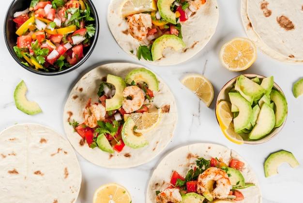 Owoce morza meksykańskie tacos tortilla z tradycyjną domową sałatką z salsy pietruszka świeże cytryny awokado i grillowane pionki krewetek